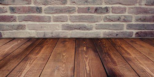 деревянный пол и кирпичная стена