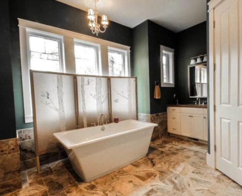 ширма загораживает окно в ванной