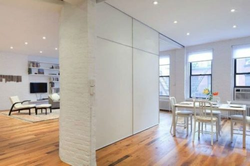 белая перегородка между кухней и гостиной