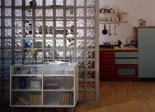 прозрачная стена из блоков в кухне