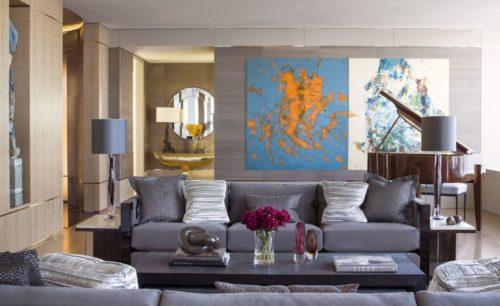 серый диван в комнате