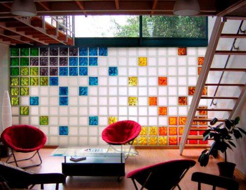 стена из цветных и матовых стеклоблоков в интерьере
