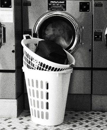 стиральные машины и корзина с бельем