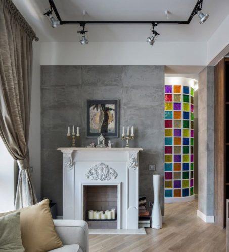 цветные стеклоблоки в интерьере с камином