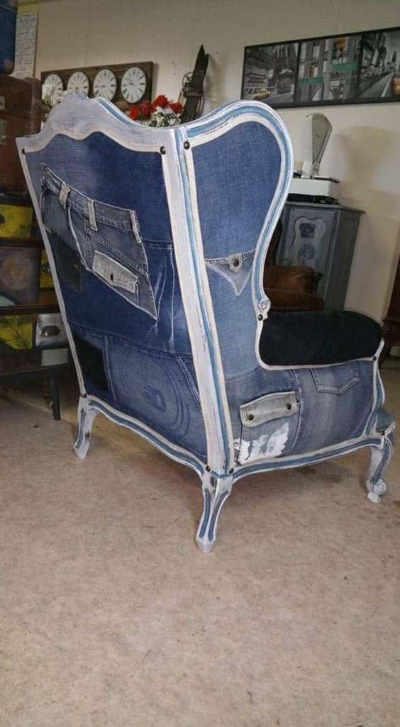 джинсовое кресло у камина