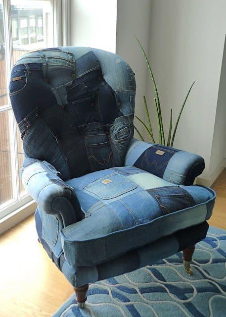 кресло из кусочков старых джинс