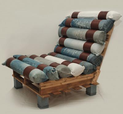 кресло из поддонов и старых джинс
