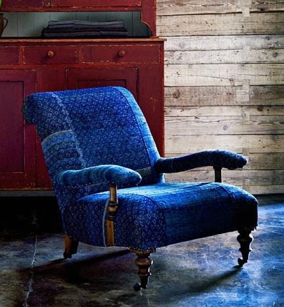 кресло из темного денима