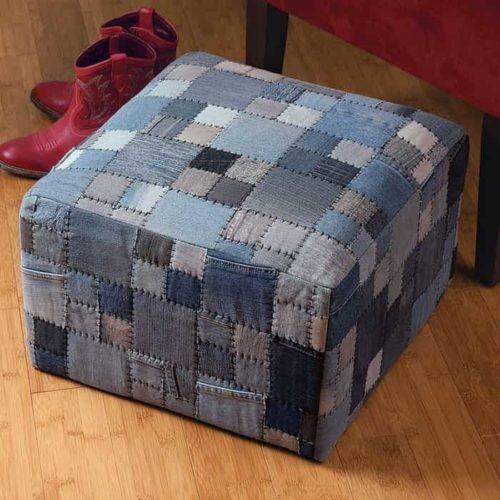 квадратный пуфик из кусочков старых джинс фото