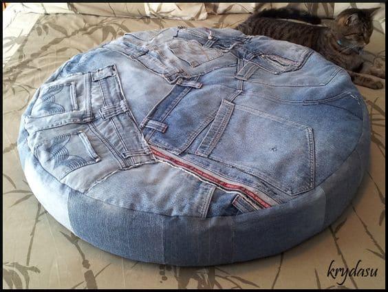 лежанка из старых джинс