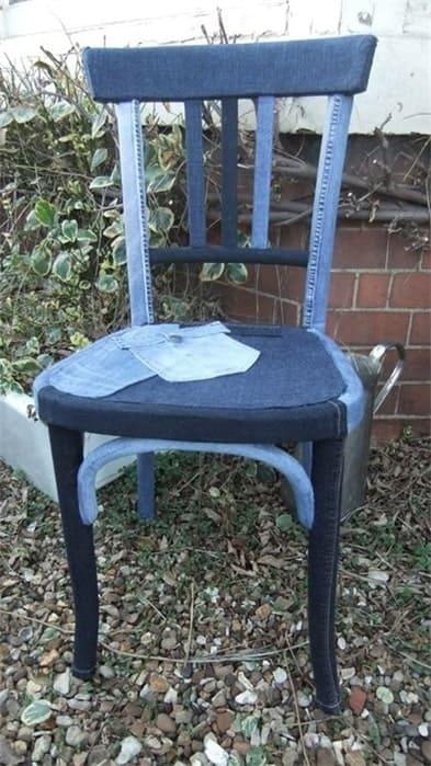 обклеенный джинсами стул