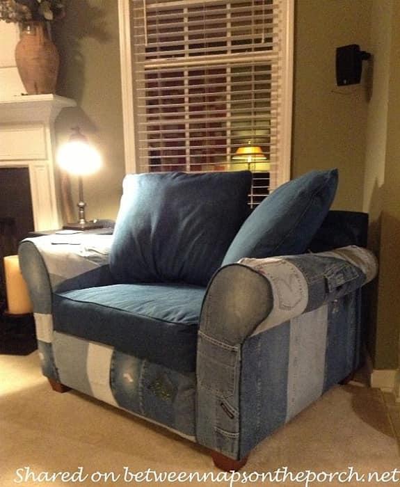 серый диван из старых джинс