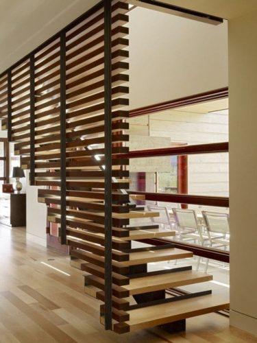 стенка из реек у лестницы
