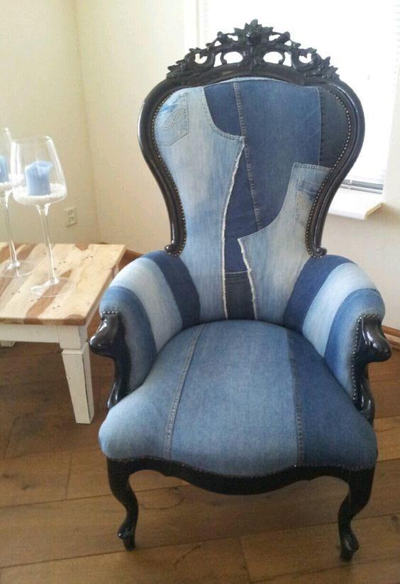 стильное кресло из старого денима