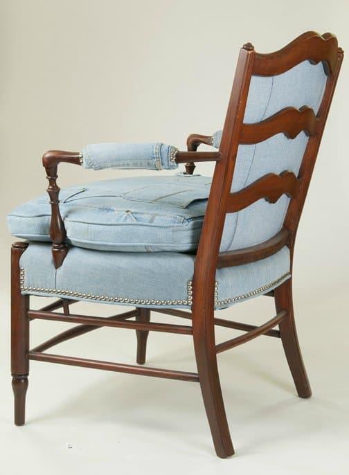 стул-кресло из светлых джинс