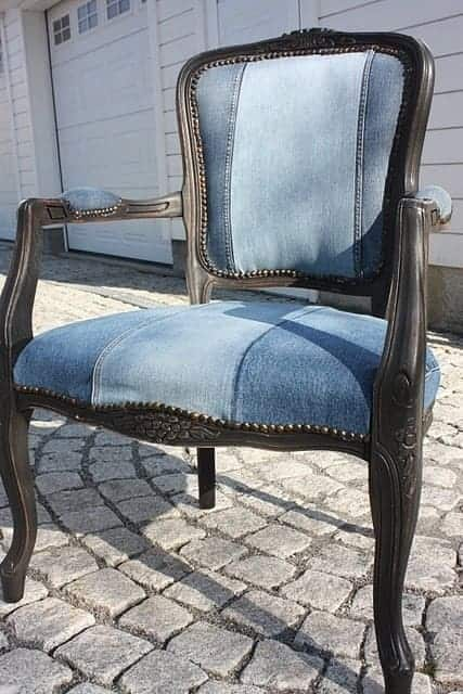 стул со спинкой из старых джинс