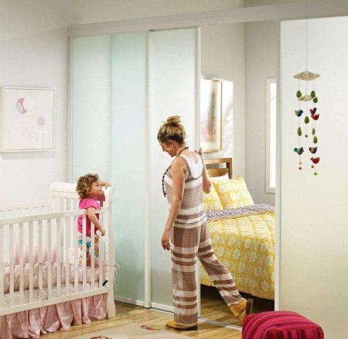 зонировать спальню и детскую перегородкой
